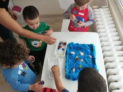 Децата в Детска градина Монтесори Планета България - гр. Плевен днес, на 18 юни са съсредоточили усилията си и впрегнали въображението си, за да оживее пред очите им МОРСКО ДЪНО!
