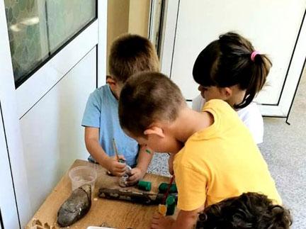 """И днес с децата от Детска градина Монтесори Планета България- гр. Плевен продължихме да работим по програмата си на седмичната тема """"Имам си приятели"""""""