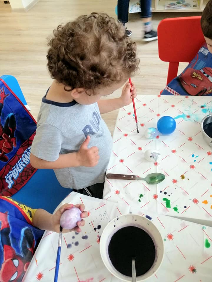 Децата боядисват Великденски яйца!