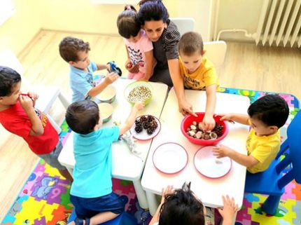 Децата от Детска градина Монтесори Планет изследваха различни видове зърна - боб, леща, ориз. След това сортираха по вид- природни материали и зрънцата.