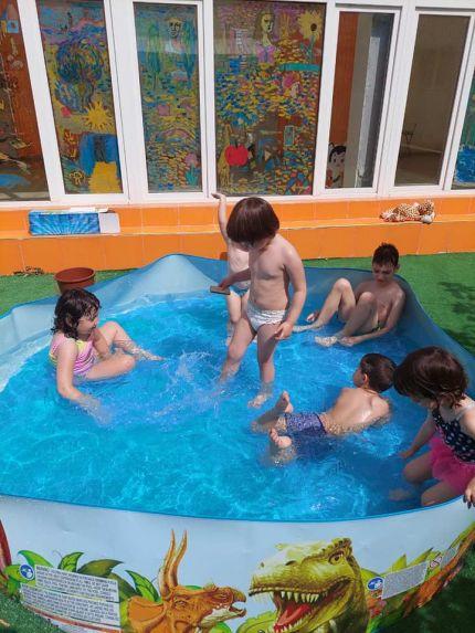 В Детска градина Монтесори Планета България- Плевен- прохладно лято с водни игри и забавления!